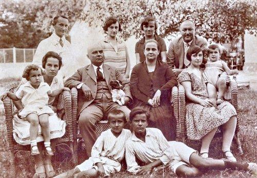Др Марко Радман (седи) са породицом и пријатељима. Испред су његови синови Дарко и Слободан који су као студенти медицине стрељани од Немаца септембра 1944. године у Логору на Црвеном крсту у Нишу.